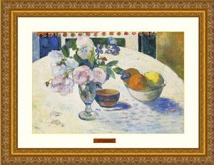 테이블 위의 꽃병과 과일담은 그릇